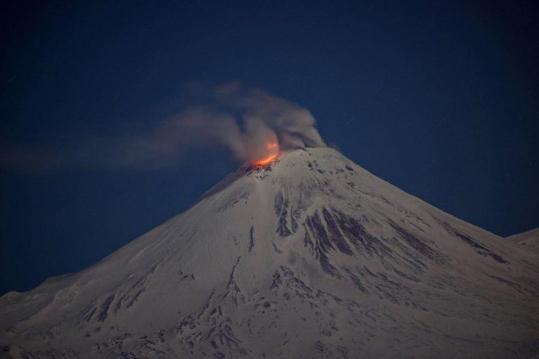 Ученые зафиксировали яркую вспышку в кратере Авачинского вулкана