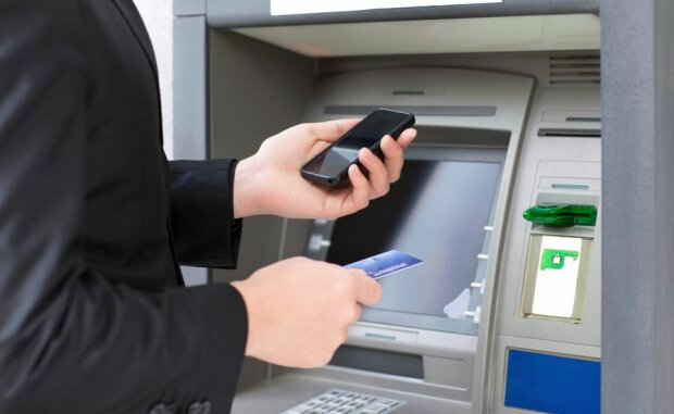 Банкомат и телефон
