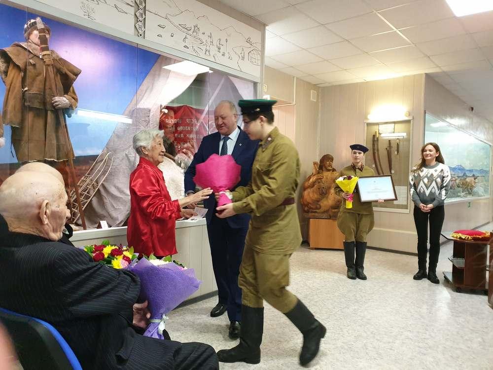 Губернатор вручает медали ветеранам