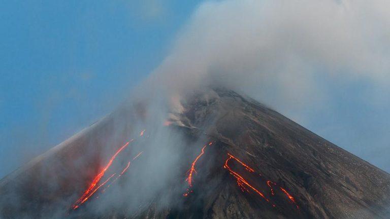 Видео: Лава начала извергаться из Ключевского вулкана на Камчатке
