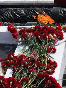 Цветы на праздновании 75-летия Победы