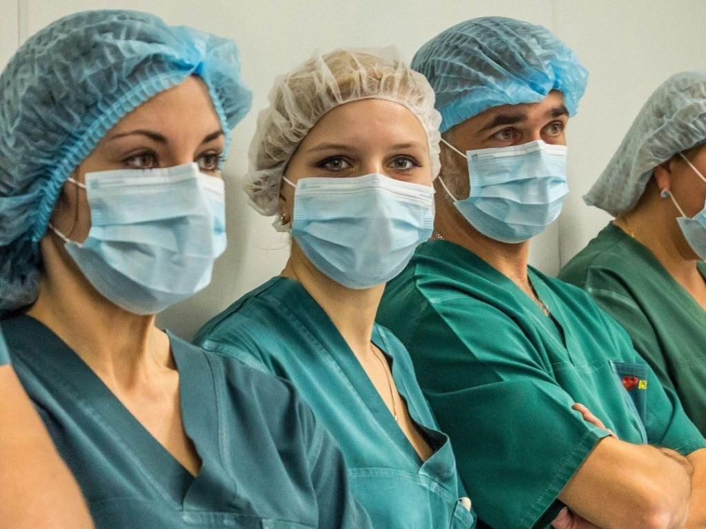 Доплаты медикам за работу с больными COVID-19