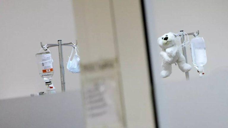 На Камчатке умер один из двойняшек, которых морили голодом родители