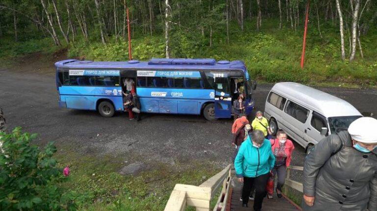 Первые группы пенсионеров Петропавловска отправились на экскурсию в Паратунку в рамках губернаторского проекта «Город для жизни» (Видео)