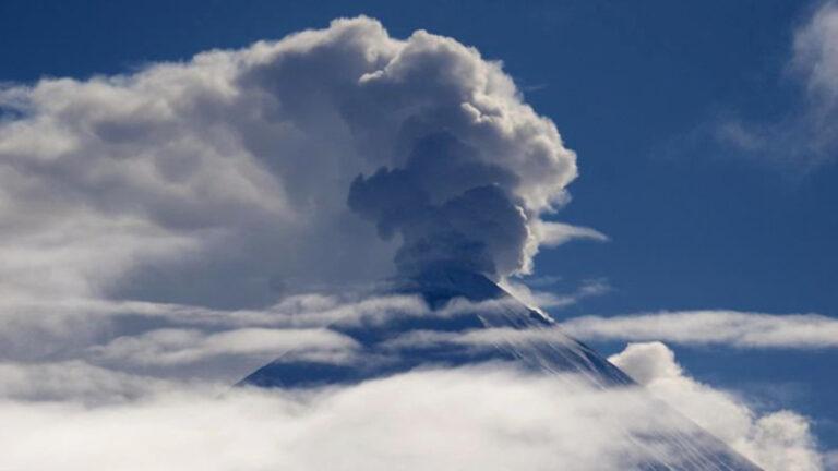 Ключевской вулкан на Камчатке выбросил газ с пеплом на высоту 7,5 км